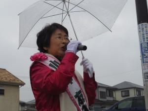 雨の中でも街頭演説を行いました。